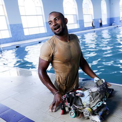 28-vuotias jemeniläinen Akram Abdu al-Shaabi hymyilee uimaaltaan äärellä itse tekemissään pyöräluistimissa.
