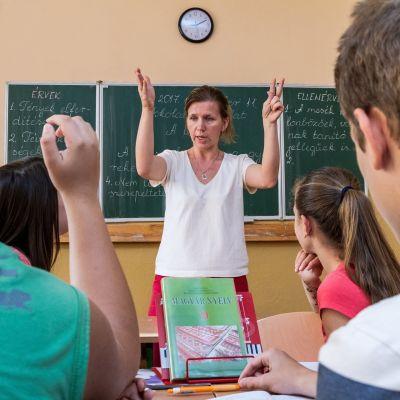 Ukrainanunkarilainen Zsuzsanna Simon-Arpa opettamassa unkaria unkarinkielisessä toisen asteen koulussa.