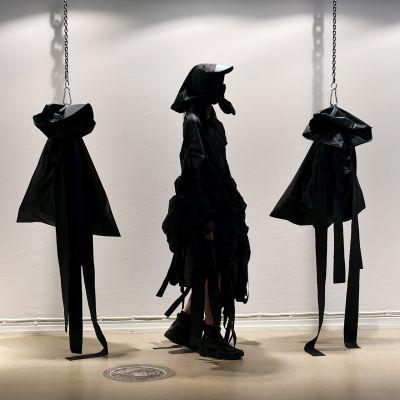 Tänä vuonna kilpailutehtävänä oli suunnitella tulevaisuuden takki. Bergströmin suunnittelema takki ottaa kantaa identiteetin suojaamiseen ja tarjoaa mahdollisuuden pysyä tunnistamattomana.