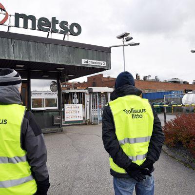 Lakkovahteja Metso Mineralsin tehtaalla Tampereella 3. lokakuuta.
