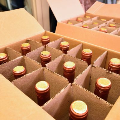 Viinipulloja pahvilaatikossa.