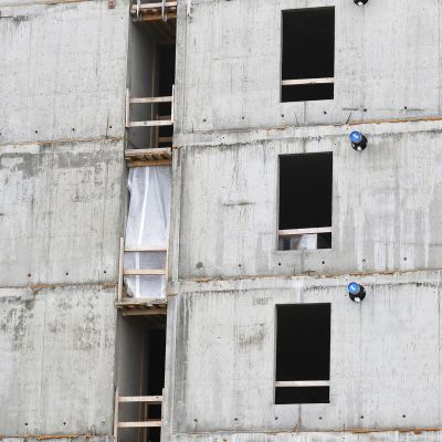 Kerrostalon betonista ulkoseinää rakennusvaiheessa.