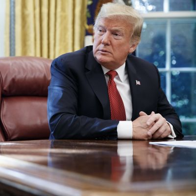 Yhdysvaltain presidentti Donald Trump istuu työpöytänsä takana.