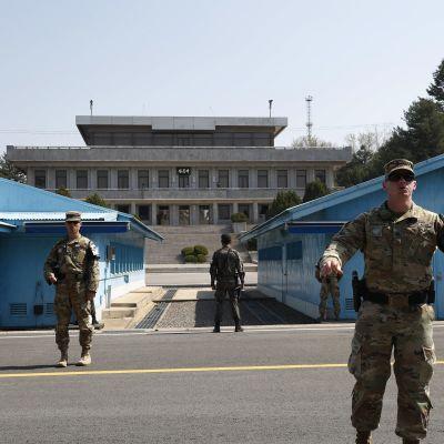Aseistettuja eteläkorealaisia sotilaita Panmunjomissa.