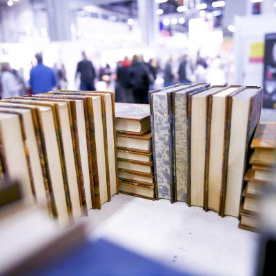 Kirjoja Helsingin kirjamessuilla, jotka avattiin Messukeskuksessa 25. lokakuuta