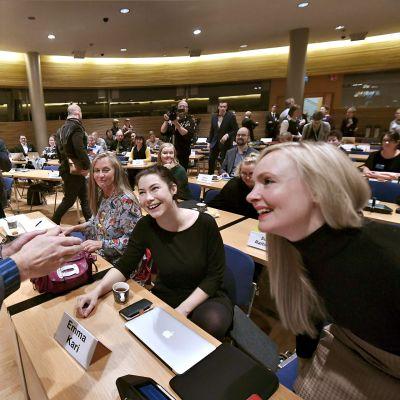 Heli Järvinen (vas.), Emma Kari ja varapuheenjohtaja Maria Ohisalo toivottavat Vihreiden puheenjohtajaehdokas Pekka Haavistoa tervetulleeksi puolueen puoluevaltuuskunnan kokoukseen.