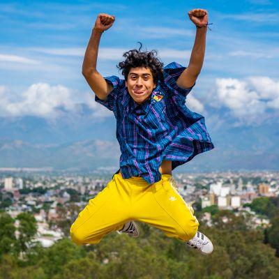 Enzo Veleizán hyppää ilmaan