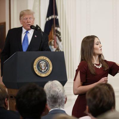 CNN:n toimittaja Jim Acosta ja presidentti Donald Trump kinastelivat tiedotustilaisuudessa.