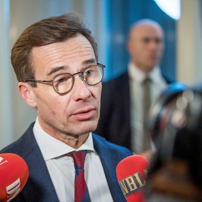 Ulf Kristersson puhumassa medialle Ruotsin valtiopäivätalolla Tukholmassa 12. marraskuuta.