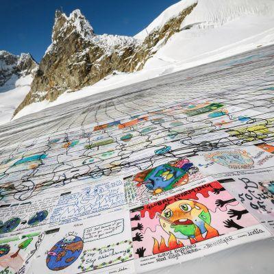 Alpeille aseteltu kokoelma lasten lähettämistä viesteistä liittyen ilmastonmuutokseen.