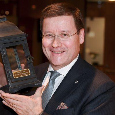 Oikeustoimittajien yhdistys on myöntänyt vuosittaisen Valokeila-palkinnon asianajaja Kaarle Gummerukselle. Palkinto annetaan julkisuusmyönteisestä asenteesta ja julkisuuden edistämisestä. Gummerus vastaanotti Oikeustoimittajien Valokeila-palkinnon Helsingissä torstaina 22. marraskuuta.