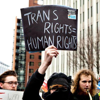 Nainen pitelee kylttiä mielenosoituksessa Yhdysvaltain Washingtonissa tammikuussa 2017.