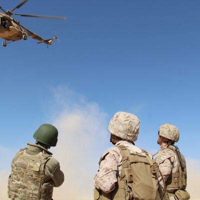 Naton sotilaat kouluttavat paikallisia sotilaita.
