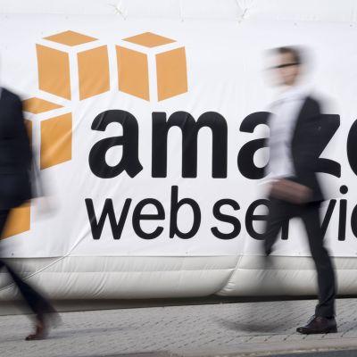 Amazonin mainos messualueella.