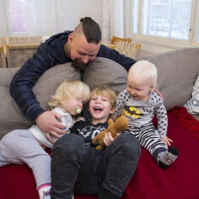 Perhekoutsi Turo Karhu auttoi Onnia löytämään yhteisen sävelen pikkusisarusten Oonan ja Leevin kanssa.