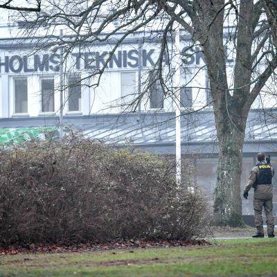 Poliiseja Hässelholmin koulun ulkopuolella räjähdyksen jälkeen.