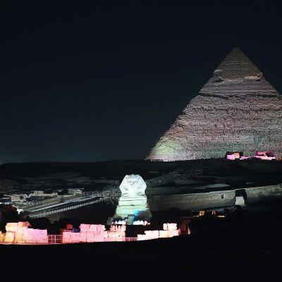 Gizan pyramidit iltavalaistuksessa.
