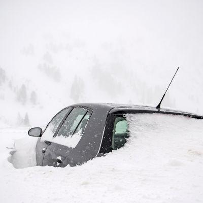 Lumen peittämä auto Obertrauenissa Itävallassa.