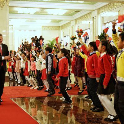 Noin 80 lasta tervehti presidenttejä vastaanottoseremonioissa.