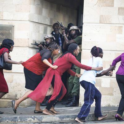 Turvallisuusjoukot suojaavat siviilien evakuointia.