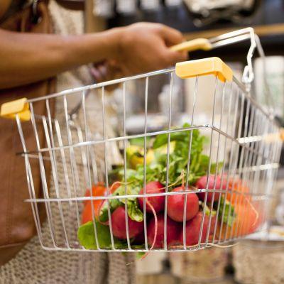 Ostoskorissa vihanneksia