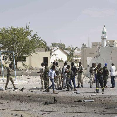 Autopommin tuhoja Mogadishussa joulukuusa.