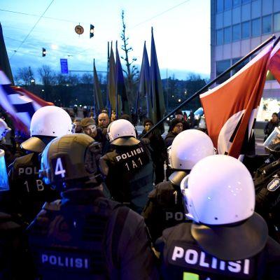 Poliisi pysäytti uusnatsien Kohti vapautta! -marssin ja poisti osallistujien hakaristiliput Hakaniemessä Helsingissä itsenäisyyspäivänä 6. joulukuuta 2018.