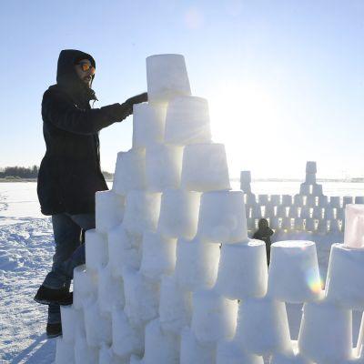 Jäälinnaa rakennetaan aurinkoisessa pakkassäässä  Vanhankaupunginlahdella Arabianrannassa Helsingissä.