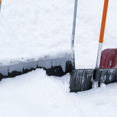 Lumityövälineet ovat hautautuneet lumeen.