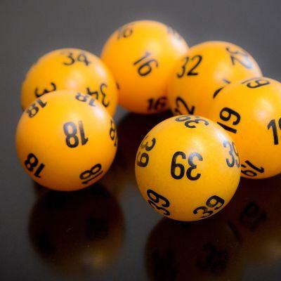 Lottopallot pöydällä
