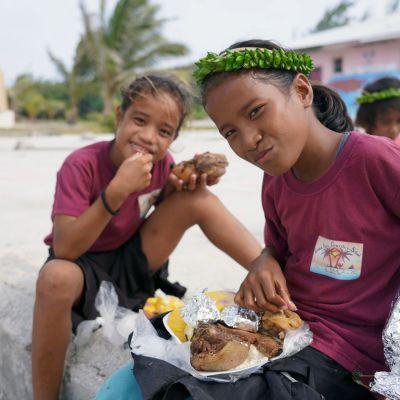 lapsia syömässä