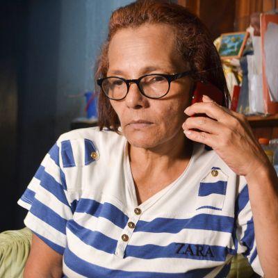 Nancy Escalona pitää yhteyttä poikansa kanssa puhelimella. Viime aikoina se on ollut vaikeaa, sillä yhteydet eivät toimi kunnolla.