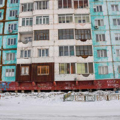 Ihmisiä kävelemässä Jakutskin kaupungissa.