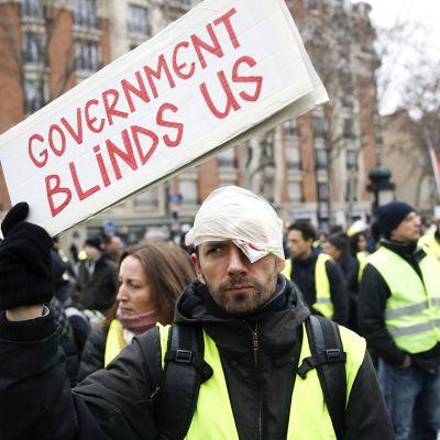 Keltaliiviliike osoittaa mieltään kohonneiden elinkustannuksien takia ja vastustaa presidentti Emmanuel Macronin politiikkaa.