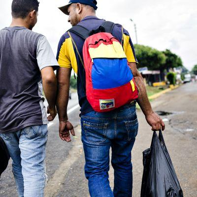Maanteiden varsilla kävelevistä venezuelalaisista on tullut jo tuttu näky Kolumbian suurkaupunkeihin vievillä teillä.