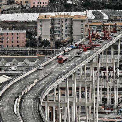 Italian Genovassa alkoi perjantaina jättimäinen operaatio osin romahtaneen Morandin moottoritiesillan purkamiseksi.