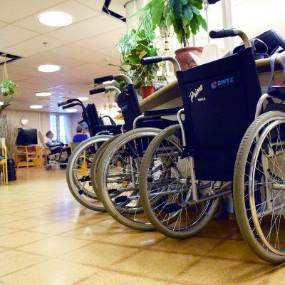 Pyörätuoleja hoitokodin eteisessä.