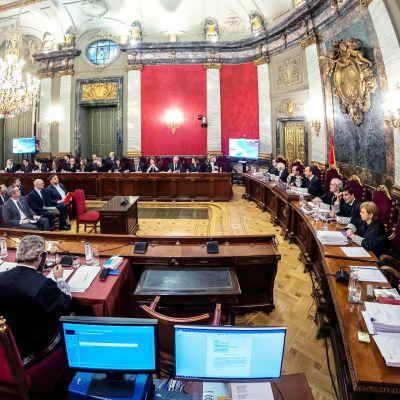 Tältä näytti oikeussalissa Madridissa, kun Katalonian separatistien oikeudenkäynti alkoi kymmenen jälkeen paikallista aikaa.