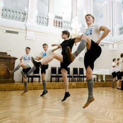 Pojat tanssivat.
