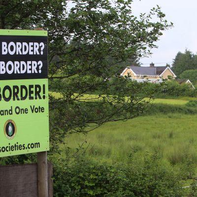 Kyltti vastusti rajaa Irlannin ja Pohjois-Irlannin välillä viime kesänä.