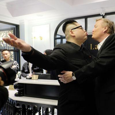 """""""Kim Jong-un"""" eli Howard X ja """"Donald Trump"""" eli Russell White suukottelivat hanoilaisessa hotellissa ennen """"Kimin"""" karkotusta Vietnamista."""