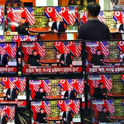 Mies seuraa televisioiden ruuduilta Yhdysvaltain presidentin Donald Trumpin ja Pohjois-Korean johtajan Kim Jong-un tapaamista.