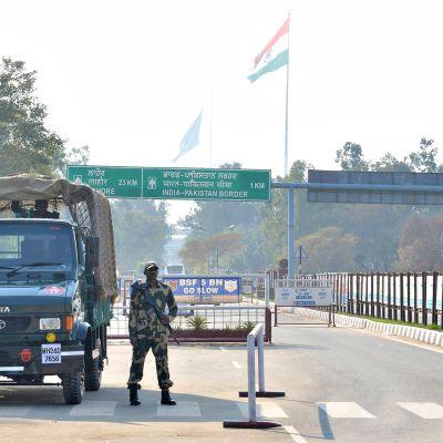 En soldat vaktar gränsen mellan Indien och Pakistan.