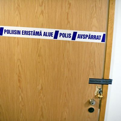 Poliisin eristämän kerrostaloasunnon ovi Sipoon Söderkullassa 3. maaliskuuta.