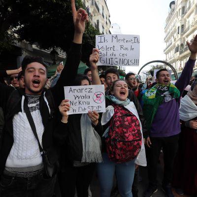Opiskelijat osoittivat mieltään Algerian presidenttiä vastaan Algerissa tiistaina.