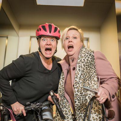 Två kvinnor i medelåldern som står i en hiss