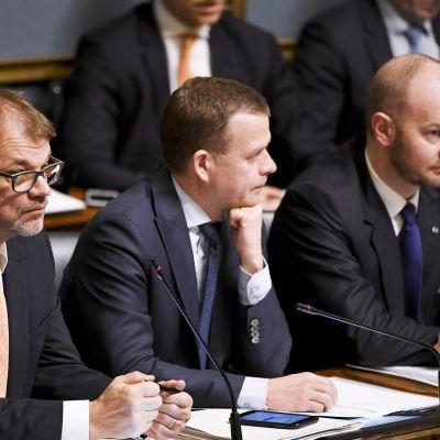 Ministeriaitiossa, pääministeri Juha Sipilä (vas.), valtiovarainministeri Petteri Orpo ja eurooppa-, kulttuuri- ja urheiluministeri Sampo Terho eduskunnan suullisella kyselytunnilla Helsingissä 14. helmikuuta.