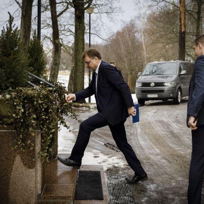 Pääministeri Juha Sipilä saapuu tiedotustilaisuuteen Kesärantaan Helsingissä 8. maaliskuuta 2019. Pääministeri Juha Sipilä pyysi hallituksen eroa tasavallan presidentiltä perjantaina Mäntyniemessä.