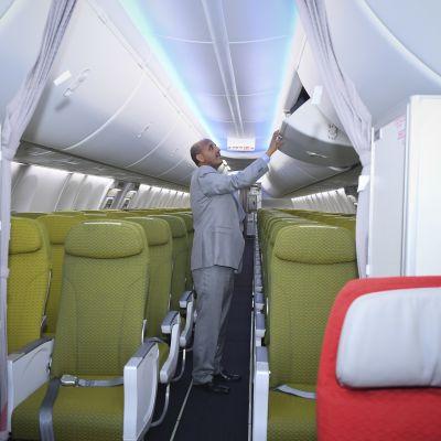 Ethiopian Airlinesin johtaja Tewolde GebreMariam tutki vasta toimitettua Boeing 737-8 MAX -konetta viime kesänä. Kone oli tuolloin juuri toimitettu Ethiopian Airlinesille. Sama kone syöksyi maahan sunnuntaina.