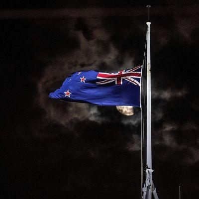 Uuden-Seelannin lippu puolitangossa.